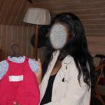 Photo d'une maman choisissant des vêtements pour son bébé